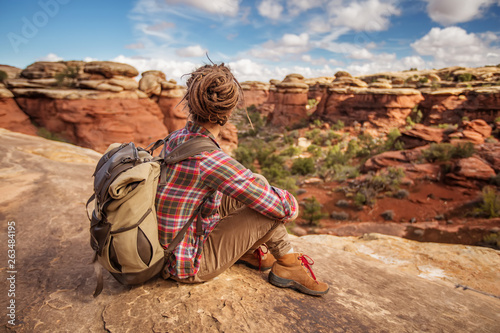 Photo  Hiker in Canyonlands National park, needles in the sky, in Utah, USA