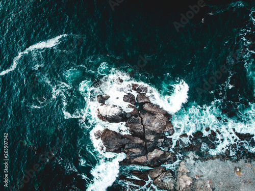Carta da parati Vista aérea rocas en orilla de playa en norte de Chile