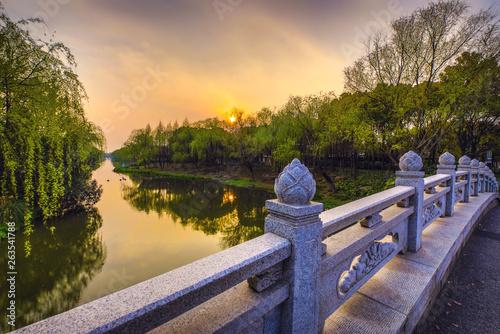 Foto auf AluDibond Shanghai Old traditional Chinese bridge in city park.