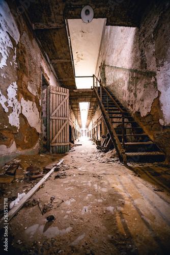 Fototapeten Schmale Gasse Abandoned Prison