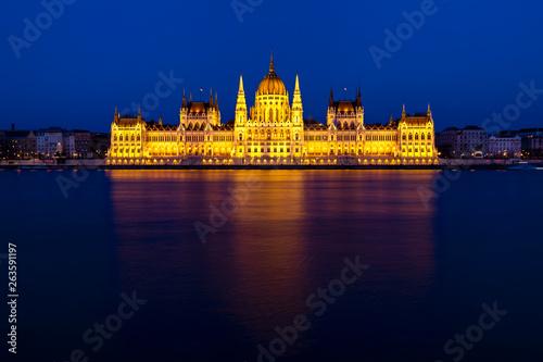 Montage in der Fensternische Budapest Budapest's iconic Parliament Building
