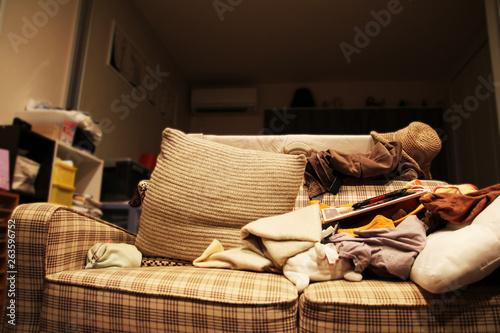 Fotografie, Tablou 色んな物がソファーに置いてる散らかった部屋