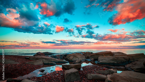 Pinturas sobre lienzo  Beautiful Cloudy sunset over horizon