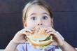 hübsches Kind isst einen Burger
