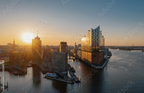 Cuadros en Lienzo Luftaufnahme Sonnenaufgang Hamburg Hafen mit Blick auf die Elbphilharmonie