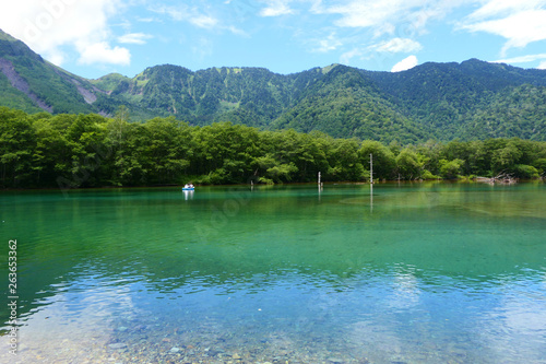 Photo Stands 中部山岳国立公園。上高地の大正沼。松本 長野 日本。8月下旬。