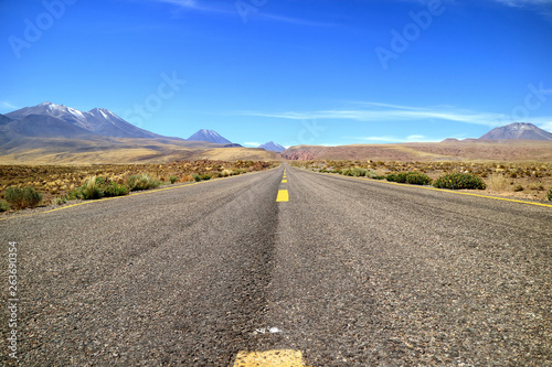La pose en embrasure Amérique du Sud Empty highland country road of northern Chile, Atacama desert, South America