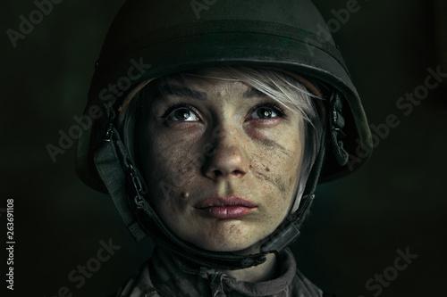 Fotografía  Portrait of young female soldier
