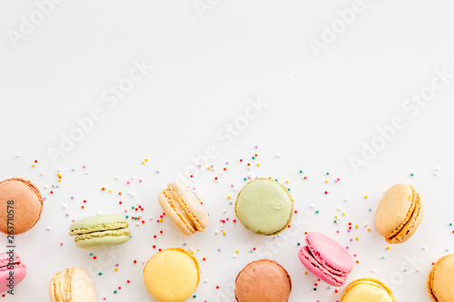 Poster Macarons Brignt macarons for sweet break on white background top view mock up