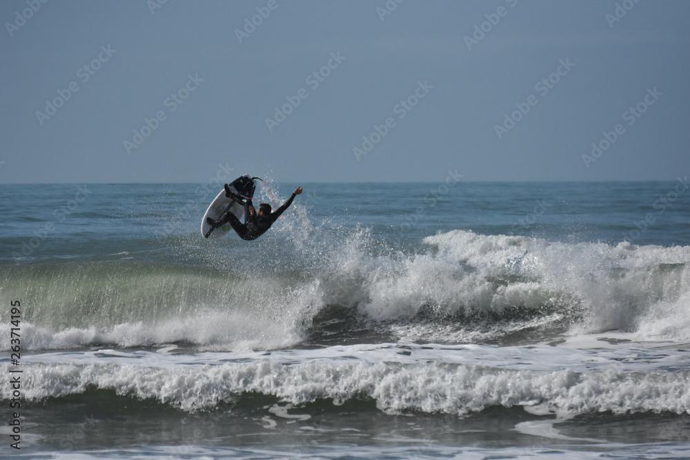 Fototapeta fare surf tra le onde del mare della Toscana