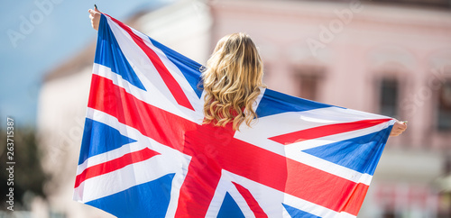 Fotografia, Obraz Attractive happy young girl with the flag of the Great Britain
