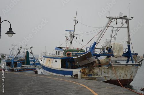 Aluminium Prints Nasa barche di pescatori nel porto di napoli