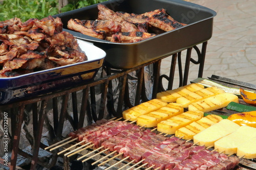 Fotografia grigliata di carne con spiedini, polenta e verdura