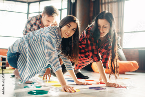 Valokuva Group of students playing twister game