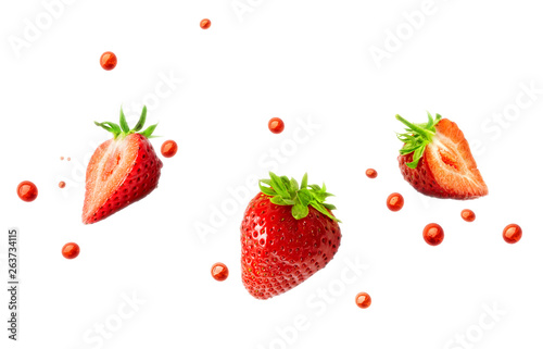 Cuadros en Lienzo  Strawberries and strawberry juice droplets isolated on white background