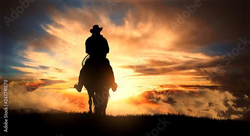 Obraz Kowboj na koniu o zachodzie słońca - fototapety do salonu