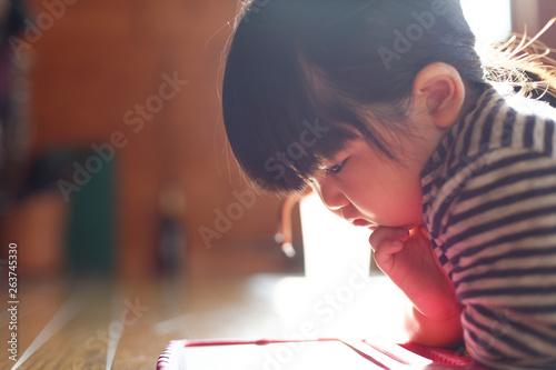 Fotografia  タブレットを見る子供