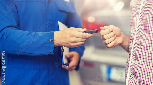 Fotografía  auto service, repair, maintenance and people concept - mechanic giving car key t
