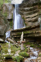 Hanggiessen Wasserfall Im Erlenbacher Tobel, 12 M Hohe Molassewand, Verwischtes Wasser, Grüne Blätter, Moos, Steinmännchen, Holzkreuz, Himmel