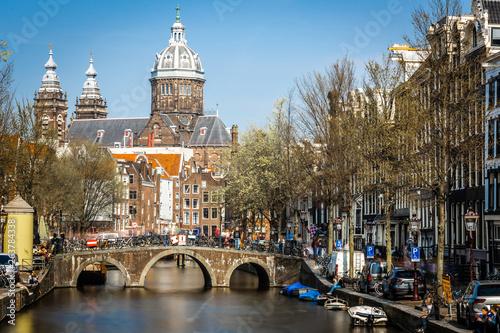 Fotografía  Church of Saint Nicholas in Amsterdam in sunny day, Netherlands