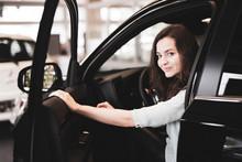 Attraktive Frau Im Autohaus Schaut Sich Verschiedene Autos An
