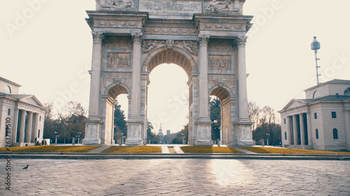 Deurstickers Historisch geb. Milan. The Arch of Peace (Arco della Pace), one of Milans most famous city gates. This neoclassical building is located at the center of Simplon Square