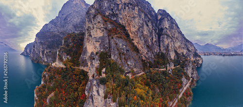 Photo  Arial Panorama of the gorgeous Garda lake surrounded by mountains in the in the