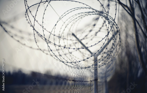 Photo Abstract blurred background with barbed wire.