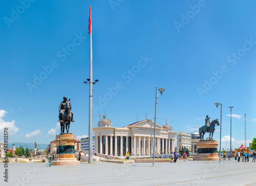 Deurstickers Historisch geb. SKOPJE, MACEDONIA - NOVEMBER 26 2016: Undefined tourists visit Skopje center, square Macedonia. View of Stone Bridge approach, Archeological museum and two worrior statues on horse, Goce Delcev, Dame Gruev