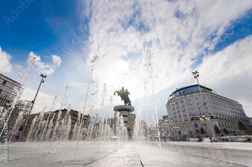 Deurstickers Historisch geb. SKOPJE, MACEDONIA - NOVEMBER 26 2016: Alexander the Great Monument in Skopje with colorful fountains at sunset - Macedonia