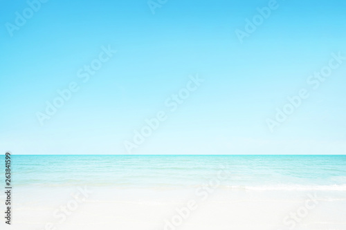 Photo  The blur cool sea background on horizon tropical sandy beach; relaxing outdoors vacation with heavenly mind view at a resort