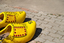 A Pairs Of Decorative Yellow D...