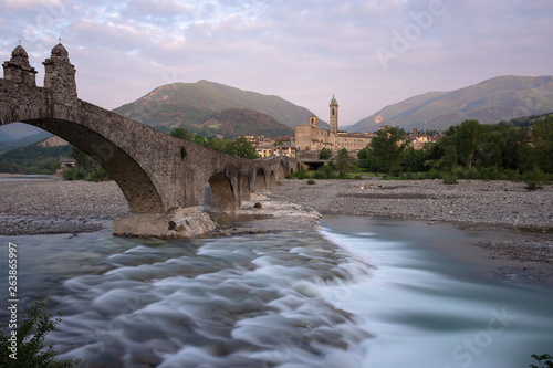 Photo Magnificent image of the medieval village of Bobbio and the famous Ponte Gobbo