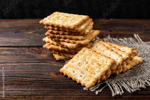 Fotografia Cracker cookies with sesame isolated on white background.