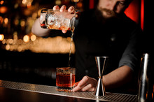 Bartender Makes Alcohol Cockta...
