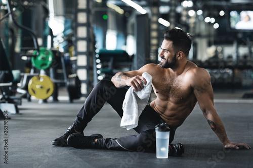 Fotografía  Handsome young muscular sportsman resting after workout