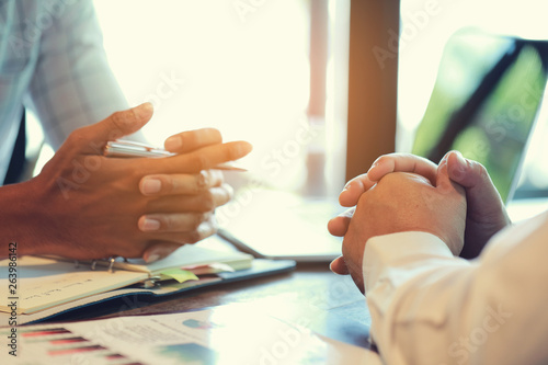 Fotografía  The hands of two businessmen who are negotiating a business