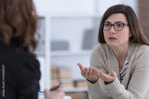 Woman with problem and supporting counselor during therapy session Fototapete