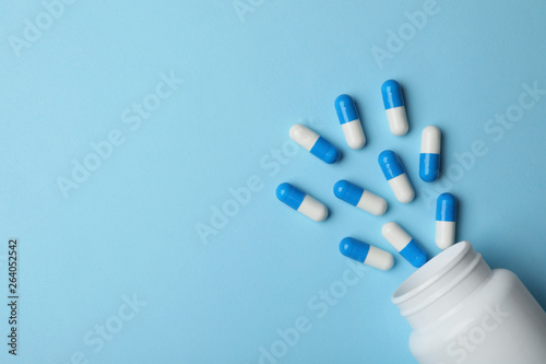 Bottle with pills on color background, flat lay. Space for text Fototapeta