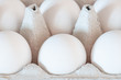 Weiße Eier in Eierkarton (Makro)