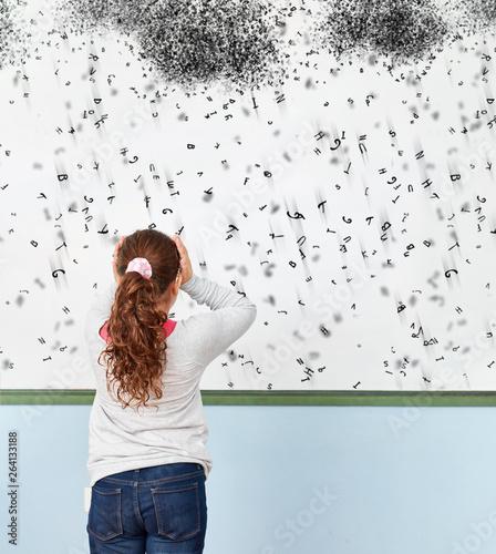 Mädchen mit Dyslexie oder Legasthenie in Schule Canvas Print