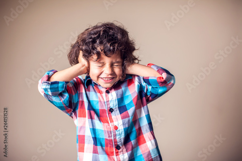 Photo Young boy with covering his ears with hands