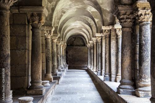 Francia, la regione del Auvergne. La città di Le Puy en Velay.Il chiostro della cattedrale.