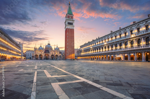Stickers pour portes Venice Venice, Italy. Cityscape image of St. Mark's square in Venice, Italy during sunrise.