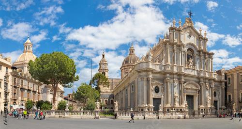 Fotografia CATANIA, ITALY - APRIL 8, 2018: The Basilica di Sant'agata and church Chiesa della Badia di Sant'Agata with the main square