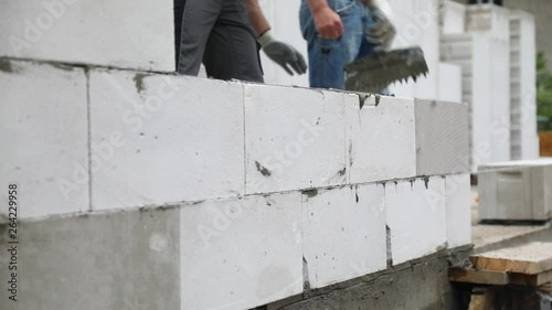 Preparation of cement layer of the aerated concrete blocks wall