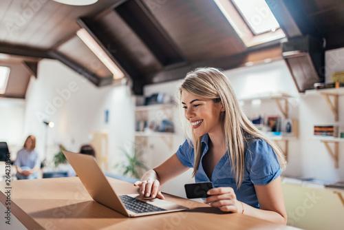 Papel de parede Happy young woman doing e-shopping.