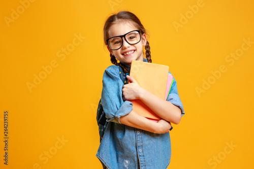 Fotografia  funny child school girl girl on yellow background    .