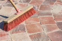 Gepflasterter Gehweg Wird Mit Feinkörnigem Sand Und Einem Besen Verfugt