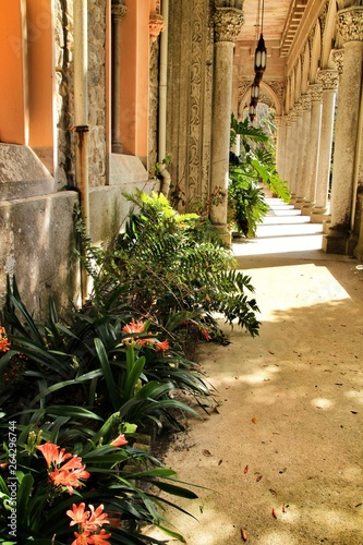 Fotografía  Carved stone arcades and columns of Monserrate palace in Sintra